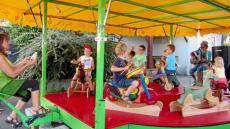 au-marche-estival-un-manege-chantant-et-gratuit